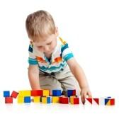 14901781-enfant-jouant-des-blocs-de-jouet-isole-sur-fond-blanc