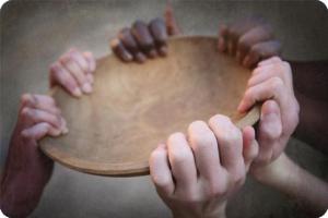 ensemble mains tenant un plat