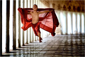 petit moine dansant PNG