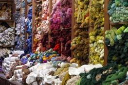 Tapisserie d'Aubusson - Savoir-faire ancien  classé depuis 2009 par l'UNESCO au Patrimoine culturel immatériel de l'humanité - Aubusson - Département de la Creuse - Région Aquitaine - Limousin-Poitou Charentes - Les écheveaux de laine multicolore -