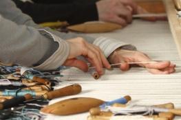 Tapisserie d'Aubusson - Savoir-faire ancien  classé depuis 2009 par l'UNESCO au Patrimoine culturel immatériel de l'humanité - Aubusson - Département de la Creuse - Région Aquitaine - Limousin-Poitou Charentes - Le tapissier au travail sur son métier de basse-lisse - Horizontal.