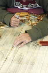 Tapisserie d'Aubusson, Savoir-faire ancien  classé depuis 2009 par l'UNESCO au Patrimoine culturel immatériel de l'humanité, Aubusson, Département de la Creuse, Région Aquitaine, Limousin-Poitou Charentes,Le tapissier au travail sur son métier de basse-lisse, Horizontal.